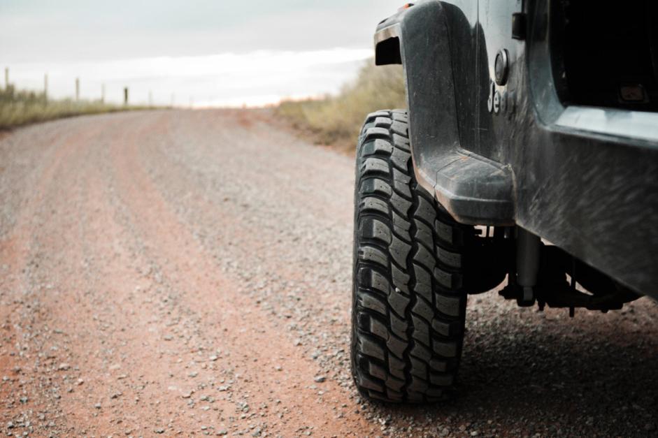 Zimné pneumatiky v lete? Niekde možno áno, no cestou tam by strašne trpeli.
